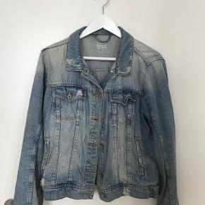 Rå denim jakke fra Zara. Slidmærkerne er en del af designet.