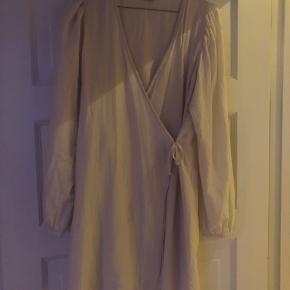 Mega fin hvid slå om kjole fra Envii ☺️