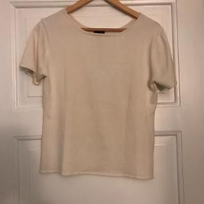 Brand: Riis Varetype: T-shirt Farve: Råhvid Prisen angivet er inklusiv forsendelse.