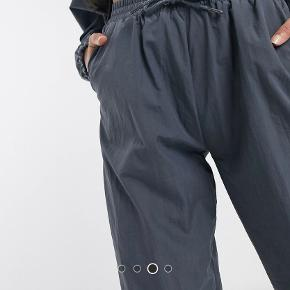 Grå bukser fra Asos  Sidder lidt højt og med smale ben