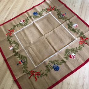 Royal Copenhagen juletræstæppe  Mål: 149 x 149 cm Fremstilling: håndlavet Model: ikke længere i produktion  Har aldrig været brugt, og kun lagt pakket ned, siden køb. Derfor folderne på billedet.  Pris: 5500kr.