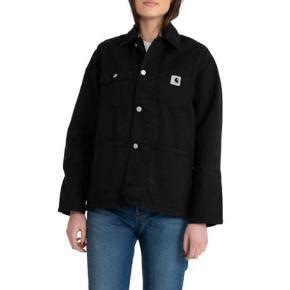 Carhartt WIP jakke i 100% bomuld. Modellen er en damemodel men en smule boxy og oversize.  Kan afhentes i København eller sendes - køber betaler fragt oveni salgsprisen.