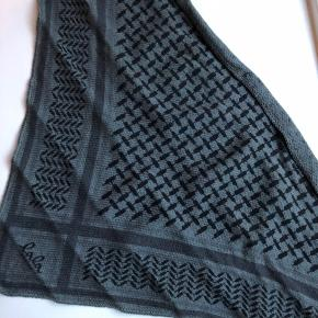 Jeg sælger mit lala Berlin tørklæde. Det er købt for en måned siden, i idé nyt ude i lyngbycenteret.   Kvittering medfølger. Np. 1.100 kr.  Bredde: 70 cm.  Højde: 35 cm. OBS* det er babystørrelsen, og er brugt som 'charmeklud'. Billede på kan sendes.   Tlf. 28 89 34 30
