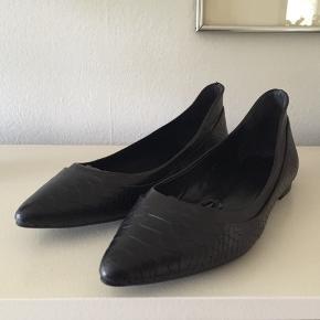 Billi Bi ballerina str 37. Brugt en gang og er som nye. Original æske medfølger. Nypris 999,- Pris 200,-pp Bytter ikke.