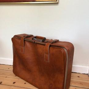 Dansk produceret Vintage kuffert af mærket Cavalet. Kendt fra deres særdeles lækre kvalitet og design. Firmaet blev for mange år tilbage, opkøbt af et svensk firma, så de danske produceres ikke længere.   Materialet er ægte rødbrun læder.   Kan bruges til både pynt og på farten.   Fremstår i pæn stand men med lette brugsspor.  L: 68,5 cm  H: 48 cm  D: 17 cm