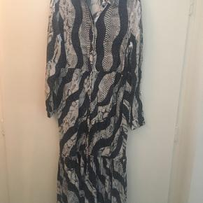 Flot kjole i dyreprint fra puls.  Anvendt en aften.  BYD gerne