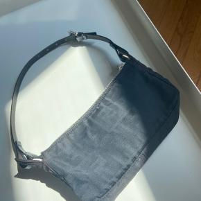 Super fin lille fendi taske.  Købt hos the vintage bar for 3000 kr. Meget lidt patina, som kun ses i direkte sollys.  Send mig en besked hvis du har spørgsmål.  Dustbag haves.