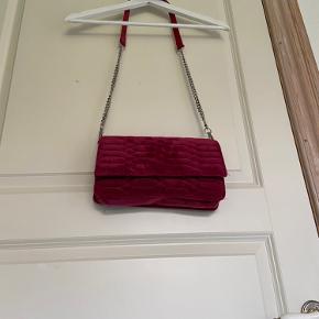 Brugt max. 2 gange. Taske i lys Bordeaux plus materiale fra Hvisk.