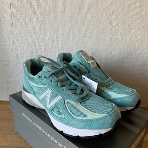 Sælger disse super flotte New Balance 990v4 i en flot turkise farve. Fed sommersko!   Skoen er ubrugt og kommer med original kasse.  Det indvendige mål er 26,5cm