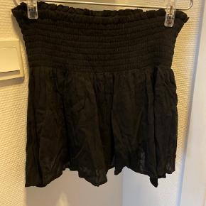 Helt ny nederdel med indbygget shorts (ses ikke på) og bred elastik kant  Bytter ikke
