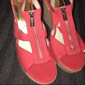 Rød/orange Michael kors sandaler/ kilehæle sælges, de er ubrugte. Fået i gave. Str 41.