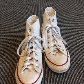 """Fine hvide Converse All Star. Ikke brugt særlig meget, så stadig rimelig hvide, men ikke helt krid hvide, så har lidt steder hvor der lidt """"gråt"""". (Ikke særlig synligt) Er lidt sort på snørebåndene fra sølvringene ved hullerne og derfor os lidt sorte inden i, men intet man ser når skoene er på."""