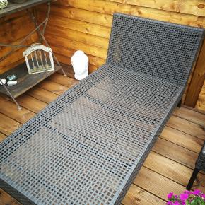 Super fin solseng i rattan med madras. Den er 140 cm. lang Fejler intet, men vi har ikke plads. nypris 1200. Skal hentes i Hvidovre