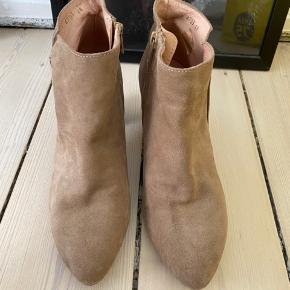 Rigtig flot støvlet som udelukkende er prøvet, men aldrig brugt da størrelsen ikke passer mig alligevel.