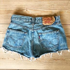 Afklippede, helt korte Levi's shorts str. 30.  - Sender gerne ved samlet køb for min. 100 kr. 🤗