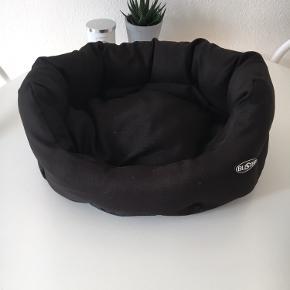 Jeg sælger denne hundekurv fra Buster i størrelse small. Den har være brugt ganske lidt, har været vasket siden brug og fremstår ny.  Mål: Yderside: ca 44 cm Inderside: ca 30 cm