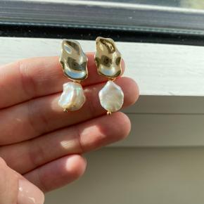 Helt nye forgyld med 18k guld sølv øreringene med ægte perle. Aldrig brugt.