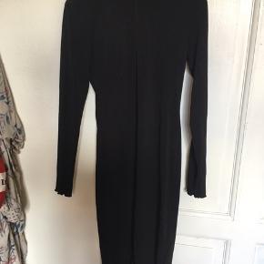 Basic med lækker sort kjole som sidder tæt med er elastisk