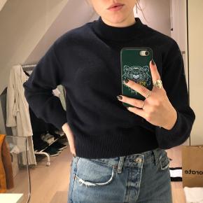 Mørkeblå strik / sweater fra h&m Er forholdsvis kort og kan bruges cropped hvis den foldes op eller som normal strik hvis den ikke er foldet. (Vist på billederne) Str. Xs men passer en Small