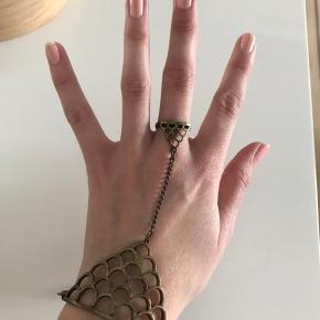 Fed armbånd og ring kombineret i ét smykke. Husker ikke mærket.   Kan reguleres i størrelsen, så den passer alle.