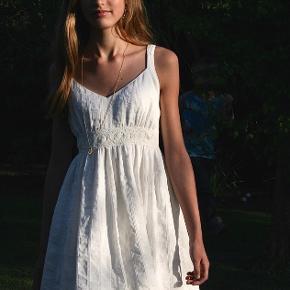SKRÆDDERSYET KJOLE 🕊  Skræddersyet hvid kjole til en særlig dag eller sommerfest. Kun brugt 1 enkelt gang. I rigtig fint stof med tyl indenunder. Kan bruges af en XS eller XXS.  Kjolen er lavet i italiensk hør med diskrete striber af sølv lurex tråde. Kjolen har blondedetaljer i taljen, lynlås i ryggen og er foret. Der er en lille næsten usynlig plet på foran på kjolen, men som ikke ses, hvis man ikke ved, at den er der.  54% hør, 44 % viskose, 2% lurex  #Secondchancesummer   [NB: se også mine andre varer i shoppen]