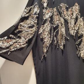 Flot klassisk sort MB kjole med de fineste håndsyede pailletter/perler. Alle er intakte. 110 lang, 60 over bryst