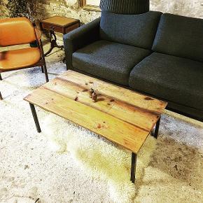Lækker rustik sofabord -  Olieret og lakeret/ genbrugstræ Sorte metal ben  Står rigtigt flot  Bordet måler  60 cm bredt  1 meter langt  35 cm højt