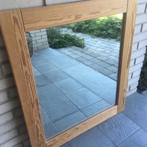Lækkert stort spejl i fyrretræsramme. Flot stand. Nemt at male eller sæbehandle.  Mål: H 87 B