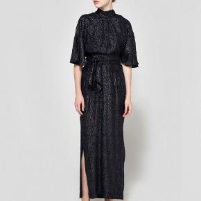 Den smukke Emiko kjole. Str. XL men vil passe en str 40.