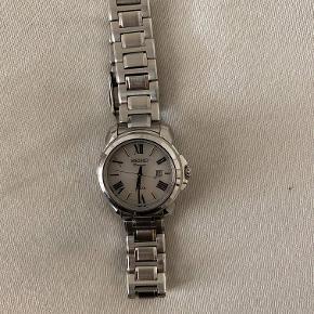 Hej allesammen, jeg sælger dette top sprøde dame ur fra Seiko, som jeg sælger for en veninde der ikke bruger det længere. Uret virker fuldstændig  som det skal. Ingen synlige ridser eller skrammer. Prisen er helt i bund fordi vi ikke har boks og kvittering.  Skriv hvis du er interreseret du altid velkommen til at smide en besked og eventuelt mødes og prøve uret.