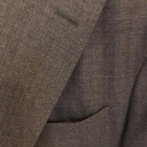 Lækker str. 48 fuldstændig ukonstrueret blazer (ingen skulderpolstring eller for) i ultralet bomuldsstof.   Perfekt til sommer, eller hvis man bare er til blazere, der giver rum for bevægelse og ikke er for varme.   Ingen brugsspor.  BYD gerne!