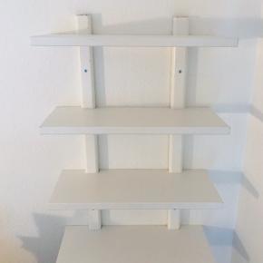 Fin hylde system fra Ikea. Den har få brugsridser men fejler intet. Skal afhentes.   Mål: Længe: 50 cm Dybde: 21 cm Højden mellem hylderne: 20 cm