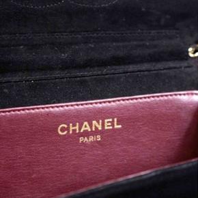 Smuk vintage clutch med kæde fra Chanel. Købt via Vestiare Collective (tags medfølger). Ruskind.