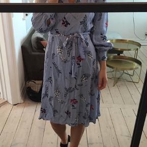 Super smuk og elegant Utopia midi kjole med bindebånd. Sælges da den ikke længere får den kærlighed den fortjener :)   Sig til hvis i har spørgsmål!  Rejser på onsdag, så sælges billigt :)