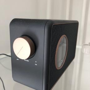 Sælger denne højtaler/dab radio fra Lemus. Fik den i gave tilbage i december 2019. Derfor er den også relativ ny og fungerer og ser ud som en helt ny. Der er både mulighed for bluetooth og aux stik som medfølger. Den skal afhentes på adresse og sælger den for 700 kr. Skriv endelig hvis du har spg.