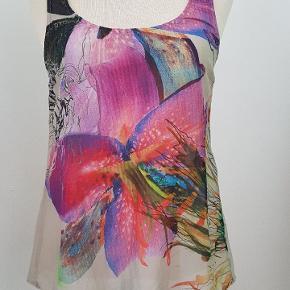 PERFEKT stand! Sælger bare billigt pga flyttesalg / oprydning.  Top i fin tynd 100% silke.   Bagsiden er lys grå. Størrelsessvarende