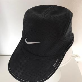 Nike Daybreak Dri-Fit løbekasket / running cap / kasket sort str. one size.   Aldrig brugt. Kan justeres i størrelsen.   Nypris 200 kr. Kan sendes for 39 kr.