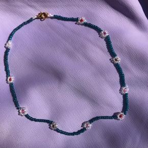Perle choker halskæde  Med blomster Mål:35,5 cm Prisen er fast og inkl Porto