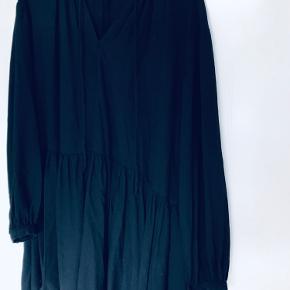 Sort kjole fra H&M. Fin stand. Sendes gennem TS handel eller kan afhentes på Trøjborg, Aarhus N.