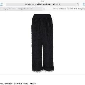 Varetype: Bukser Størrelse: L/XL Farve: Sort Oprindelig købspris: 1800 kr.  Flotte bukser med frynser , der er elastik i taljen .