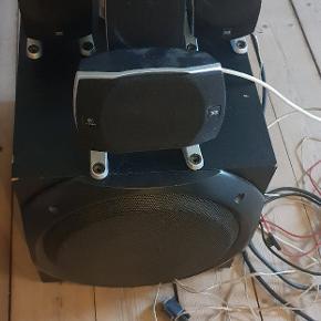 Kanon anlæg, med en volumen-evne der vil drive enhver nabo til vanvid, spiller super  godt! Kan også bruges som surround til tv'et.Priside 800-1000 kr