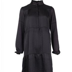 Sælger denne Neo Noir kjole med partisan-mønster i str. xs. Den er brugt få gange. Smid endelig et bud 💛