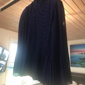 Sælger denne fine bluse i en utrolig flot farve. Aldrig brugt