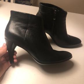 Fine støvler, 7,5 cm hæl er brugt men stadig pæne, hælen er revet lidt op i skindet bagpå, billede er vedlagt