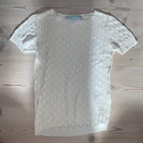 En lille plet, som også kan ses på billedet - men når trøjen kommer på, falder pletten i et med det, der er under trøjen