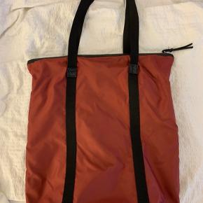 DAY taske, som er mega praktisk. Den har ingen skader, fordi den ikke er blevet brugt.  Det er den mellem størrelse❤️