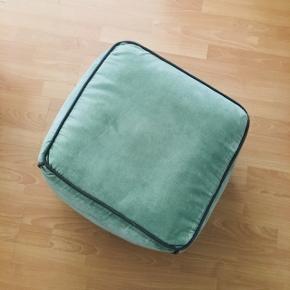Grøn puf fra Broste Copenhagen sælges billigt ifm. flytning. Mål: ca 33 cm (B) x 42 cm (H).  Nypris: 499 kr.