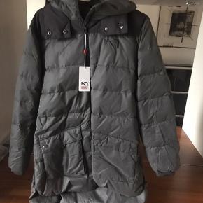 Super skøn vinter frakke fra Kari traa Den er ny med tags og aldrig brugt kun prøvet men er desværre for stor da jeg har tabt mig meget snøft Den er dejlig varm  så en Lækker frakke til efteråret og vinteren😊😊