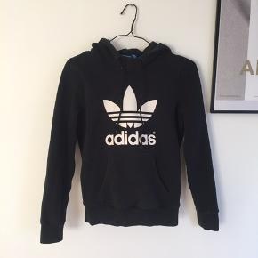 Hoodie med logo fra Adidas str 36/small