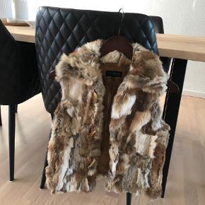 Brand: House of Saki  Varetype: Pels Farve: Camel Oprindelig købspris: 1999 kr.  Dejlig blød kanin pels, alm i str. Længde til hofterne. Ikke brugt særligt meget. Sælges da den bare hænger i skabet